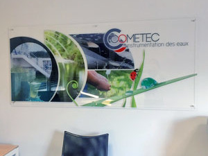 graphisme sur plexiglass transparent